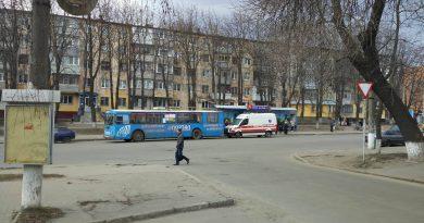 В троллейбусе в Сумах лопнуло колесо. Фото: Антон Митрохин