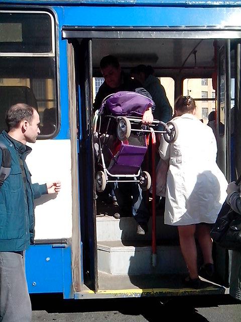 Пассажир выносит коляску из троллейбуса со ступеньками. Фото: http://tupa-finlandia.ru/raznoe/s-kolyaskoj-v-transporte-sankt-peterburg.html