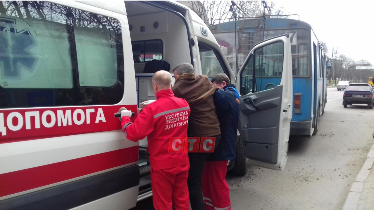 Медики забрали пострадавшего от взрыва колеса в троллейбусе