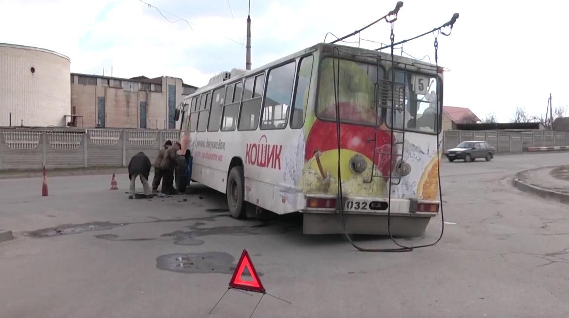 Троллейбус ЮМЗ Т2 №32 без колеса. Кадр видео СТС