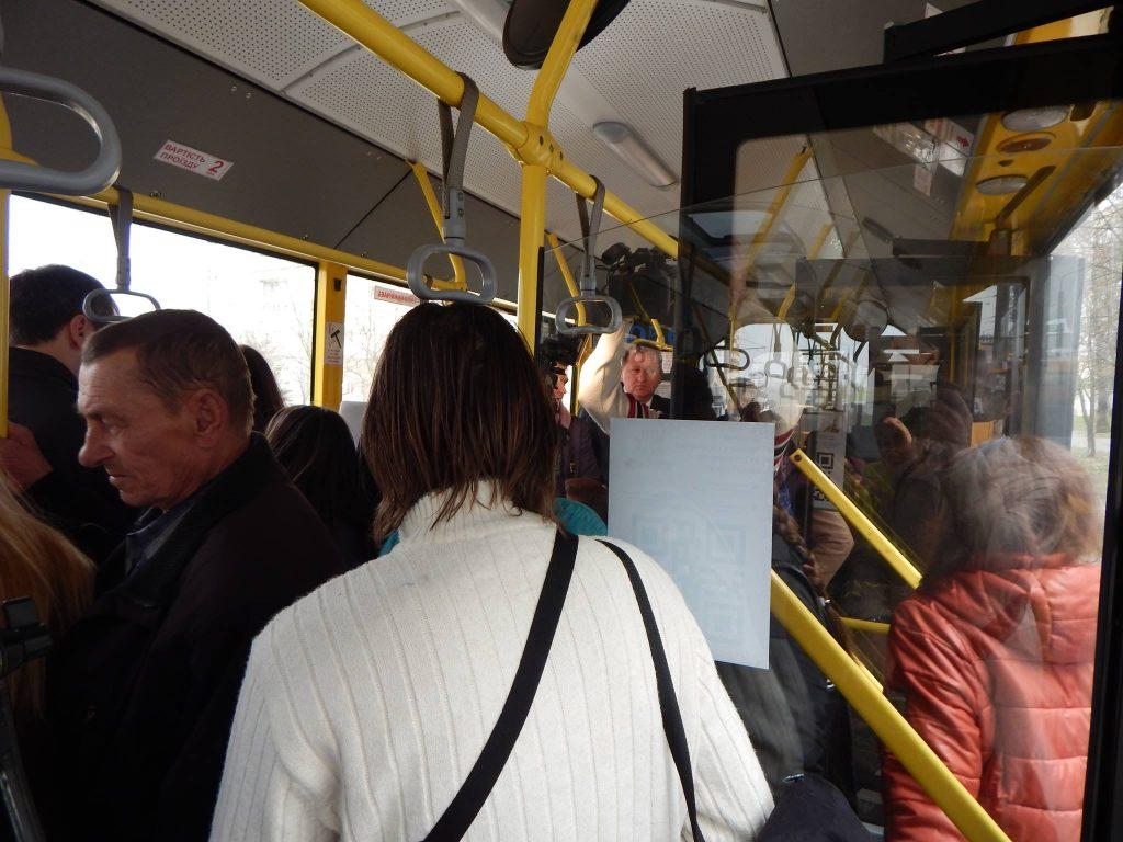 Мэр Сум Александр Лысенко общается с пассажирами троллейбуса в Сумах