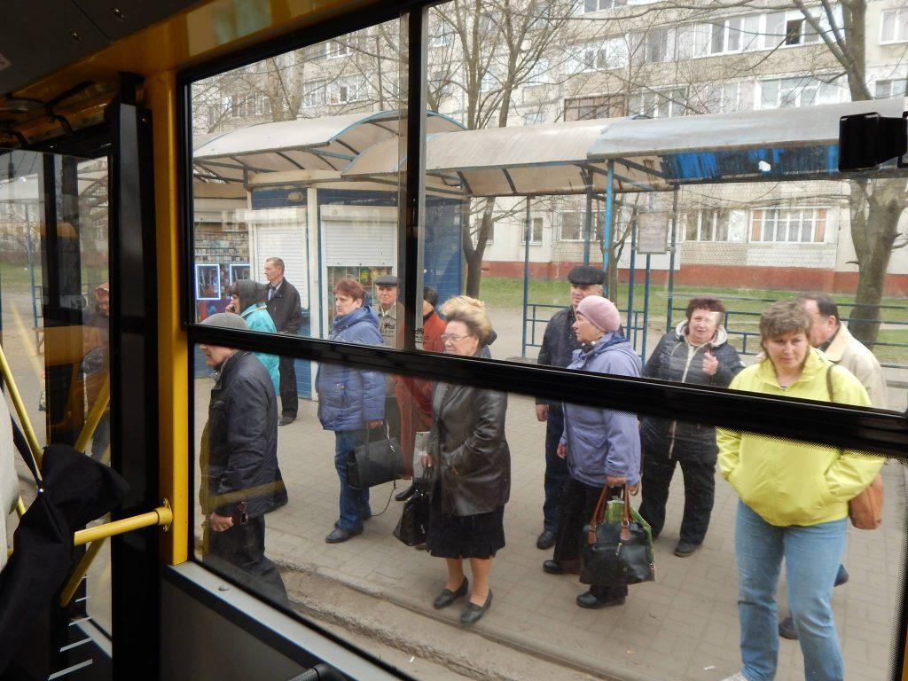 Пенсионеры садятся в троллейбус в Сумах