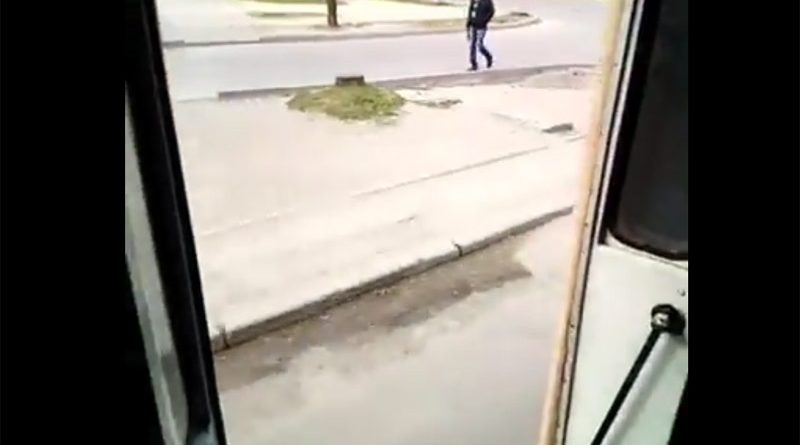 Открытая дверь троллейбуса