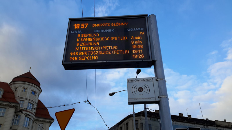 Электронное табло на остановке во Вроцлаве с точкой Wi-Fi. Фото: Александр Мироненко