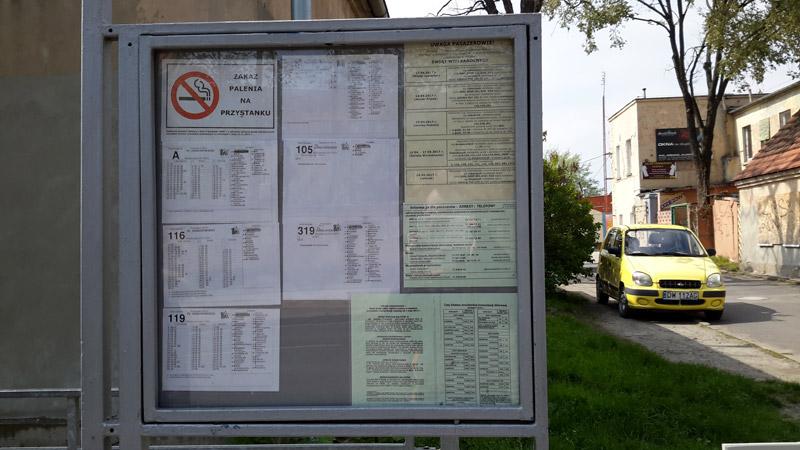 Информационный стенд с расписанием транспорта на остановке во Вроцлаве. Фото: Александр Мироненко