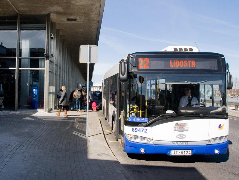 Автобус Солярис подъехал вплотную к остановке, аэропорт Рига. Фото: Александр Мироненко