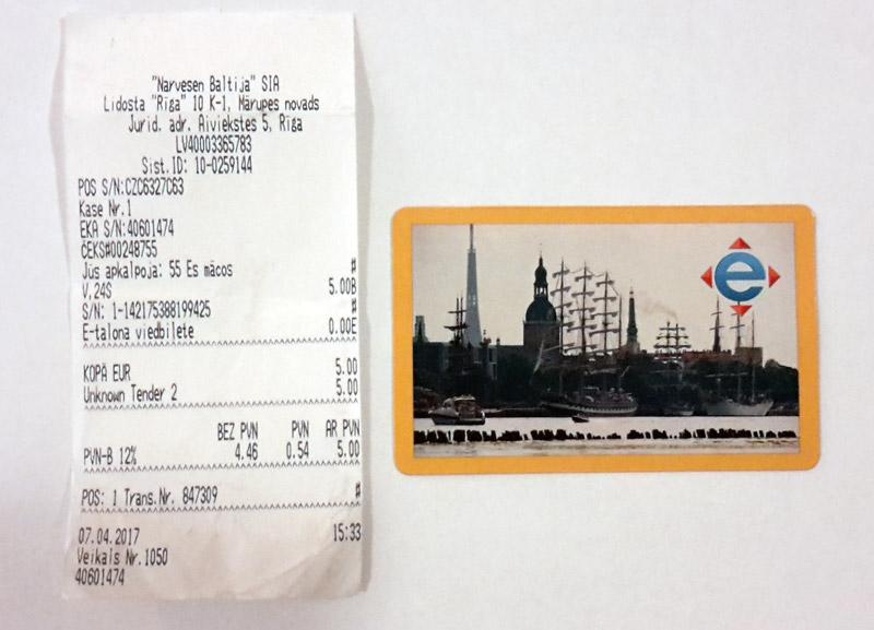 Желтый э-талон из картона с внесенным электронным билетом на 24 часа для проезда без ограничений в общественном транспорте в Риге. Фото: Александр Мироненко