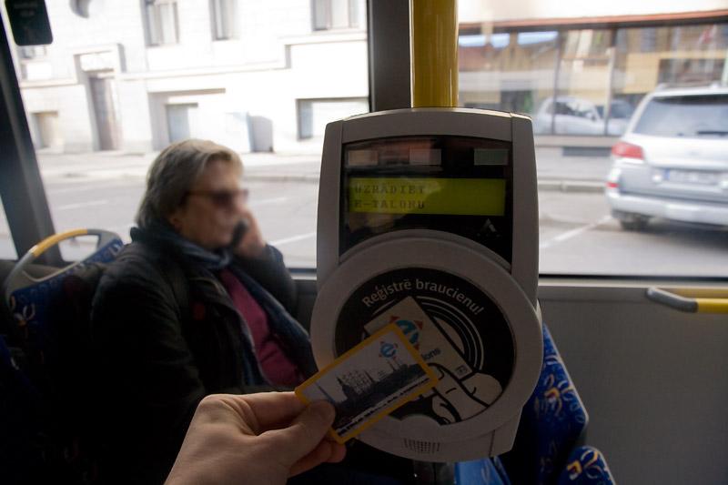 Чтобы зарегистрировать свою поездку в общественном транспорте Риги нужно приложить э-талон к валидатору при входе в транспортное средство. Фото: Александр Мироненко