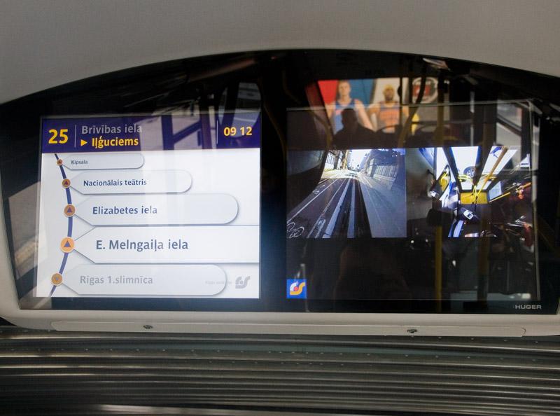 Информационный монитор внутри троллейбуса в Риге. Фото: Александр Мироненко