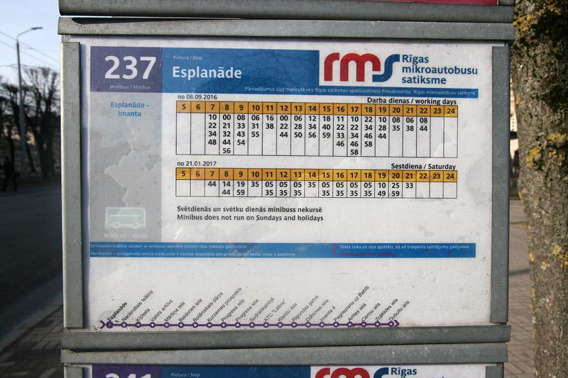 Маршрутное такси в Риге имеет поминутное расписание движения, которое опубликовано на каждой остановке. Фото: Александр Мироненко