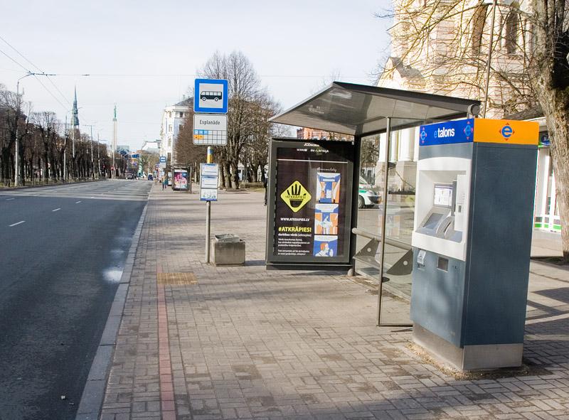Остановка в центральной части Риги. Фото: Александр Мироненко