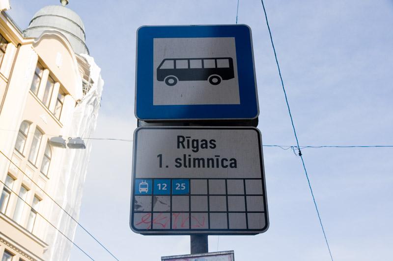 Под каждым знаком остановки в Риге указано, какой транспорт проезжает через эту остановку. Фото: Александр Мироненко