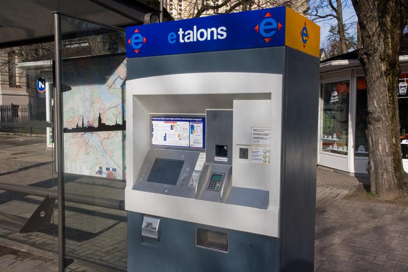 Автомат для покупки э-талонов или пополнения электронных билетов на общественный транспорт в Риге. Фото: Александр Мироненко