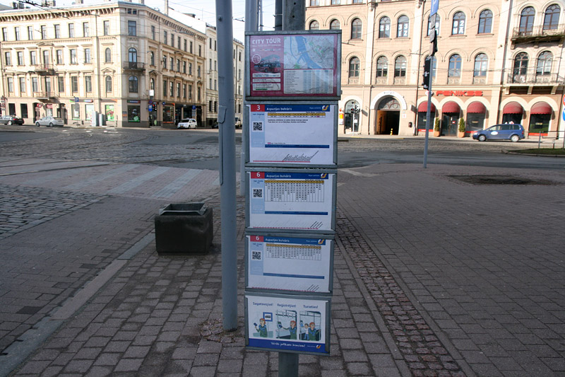 Таблички с поминутным расписанием на остановке трамвая в Риге. Фото: Александр Мироненко