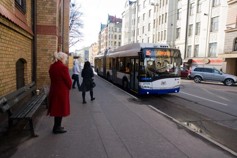 Троллейбус подъехал вплотную к остановке в Риге. Фото: Александр Мироненко