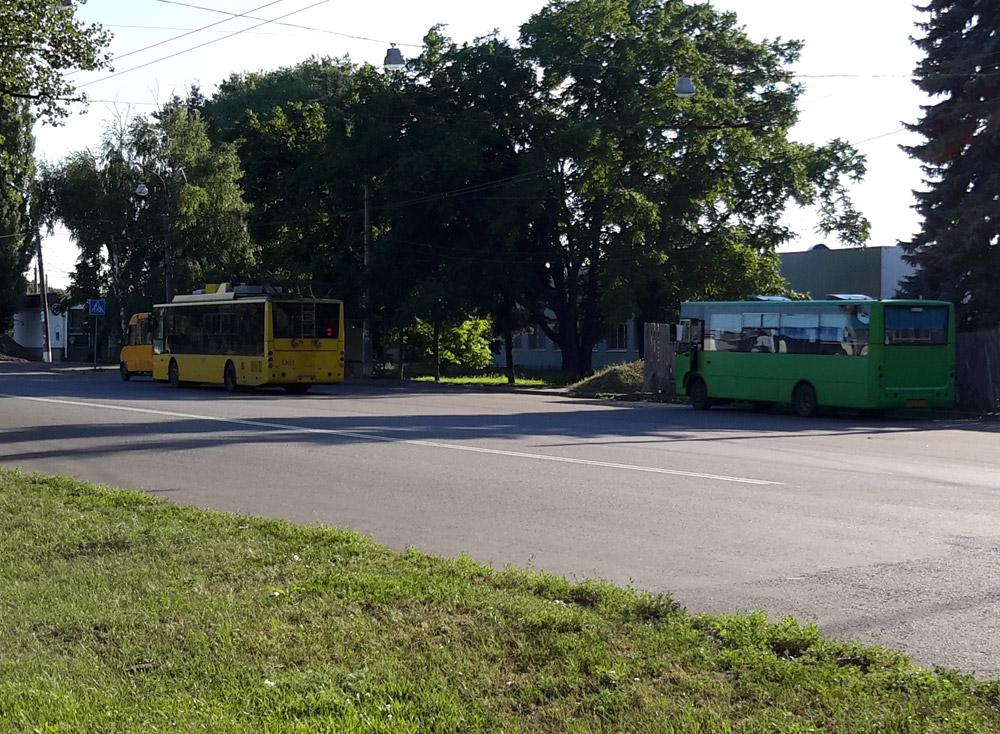 """Автобус №62 и троллейбус №3 на конечной """"Аэропорт"""""""