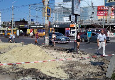 Пешеходов в самом центре Сум заставили ходить по оживленной дороге