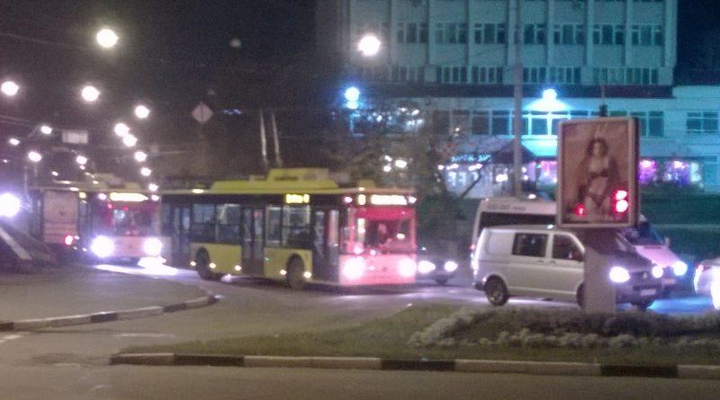 Троллейбусы на вечерней ул. Харьковской