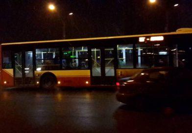 В Сумах кондукторы скучают в пустых больших автобусах №65