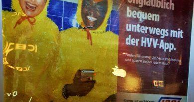 Реклама приложения HVV App на автомате для продажи билетов