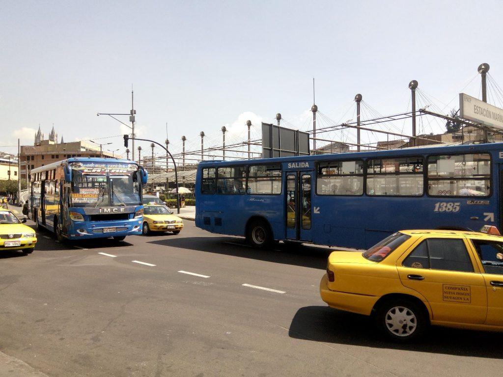 Коммерческие автобусы в Кито.