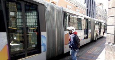 """Автобус системы """"Метробас"""" в Кито."""