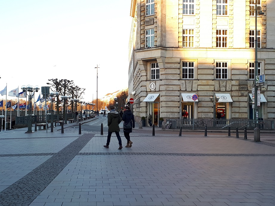 Узкий поворот в старом центре Гамбурга