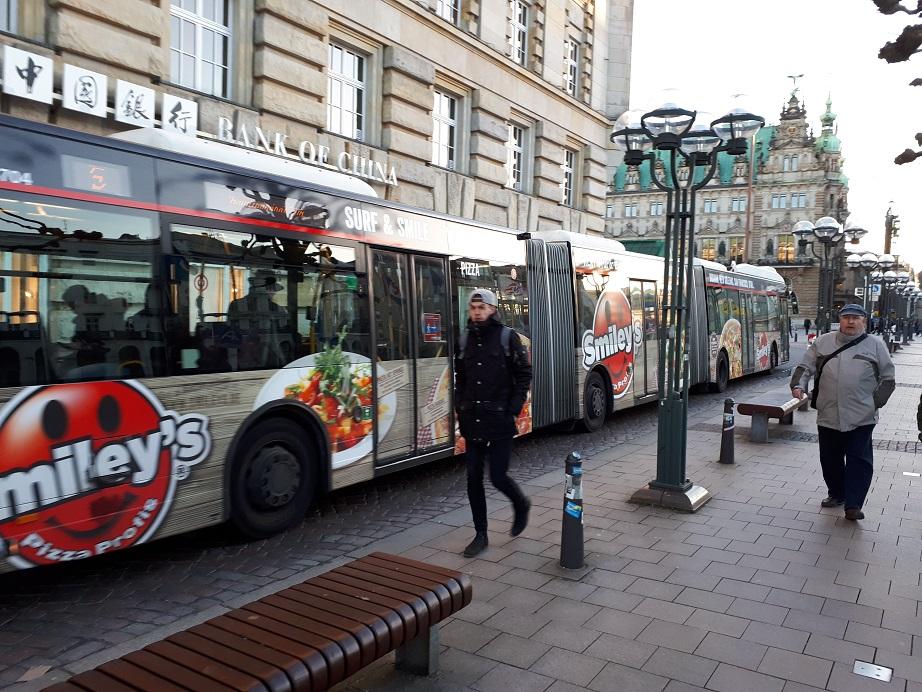 Тройная гармошка едет по узкой гамбургской улице