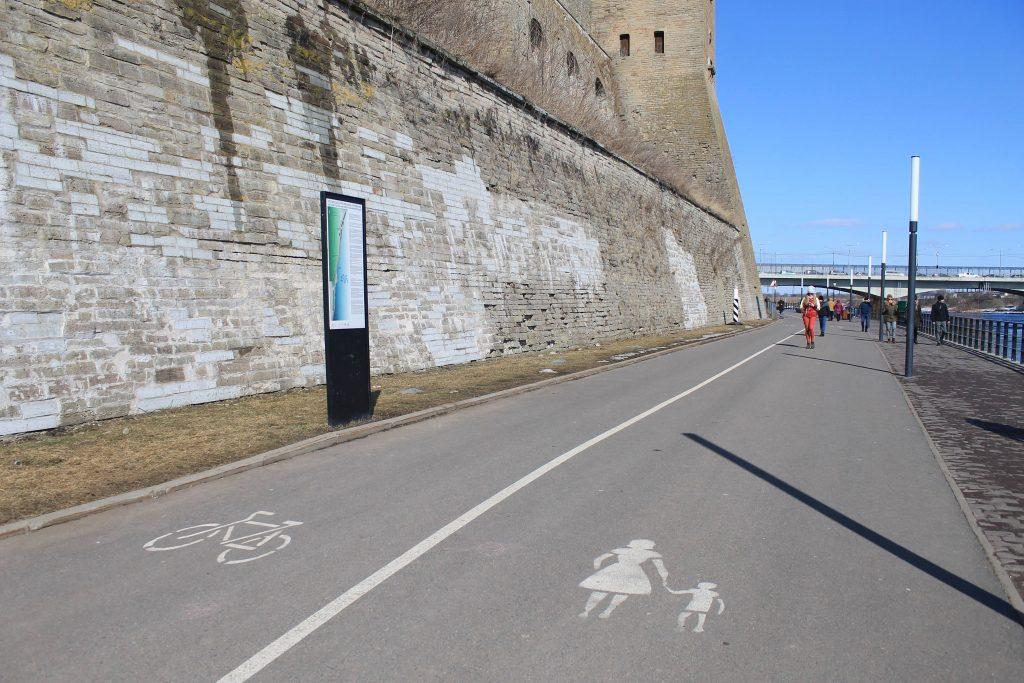 На променаде нашлось место и для велодорожки