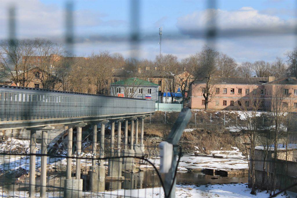 За забором - Мост Дружбы, за которым российский контрольно-пропускной пункт