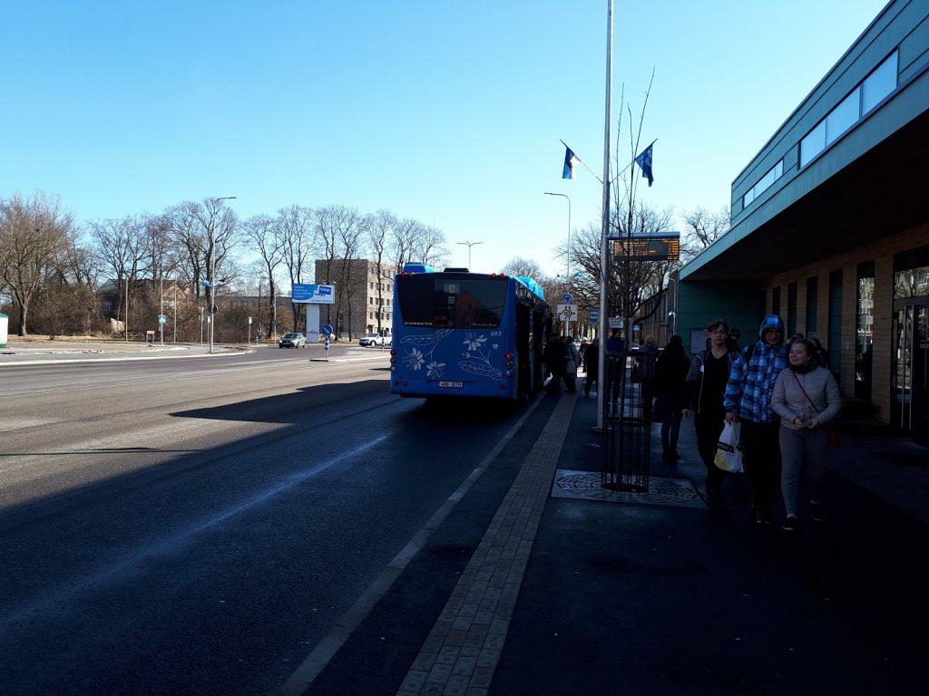 Остановка возле пярнуского автовокзала. Пассажиры садятся в прибывший газобус Mercedes-Benz Conecto, табло показывает время прибытия ближайшего транспорта
