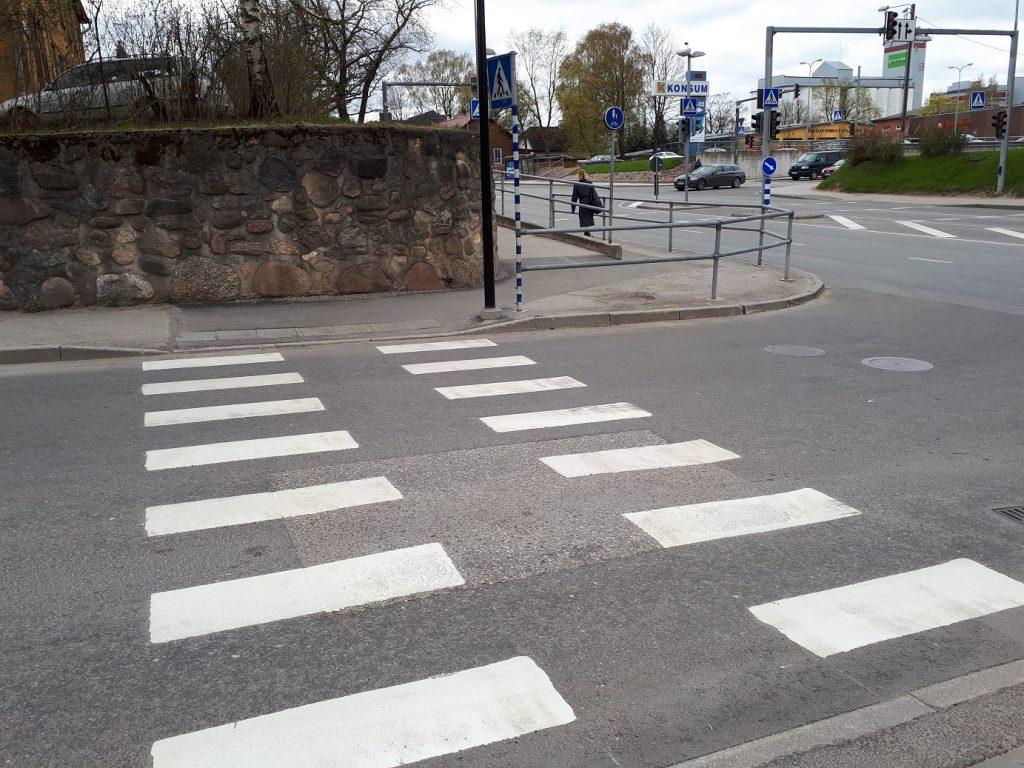 Даже возвышенность - не помеха тому, чтобы сделать спуск к пешеходному переходу плавным