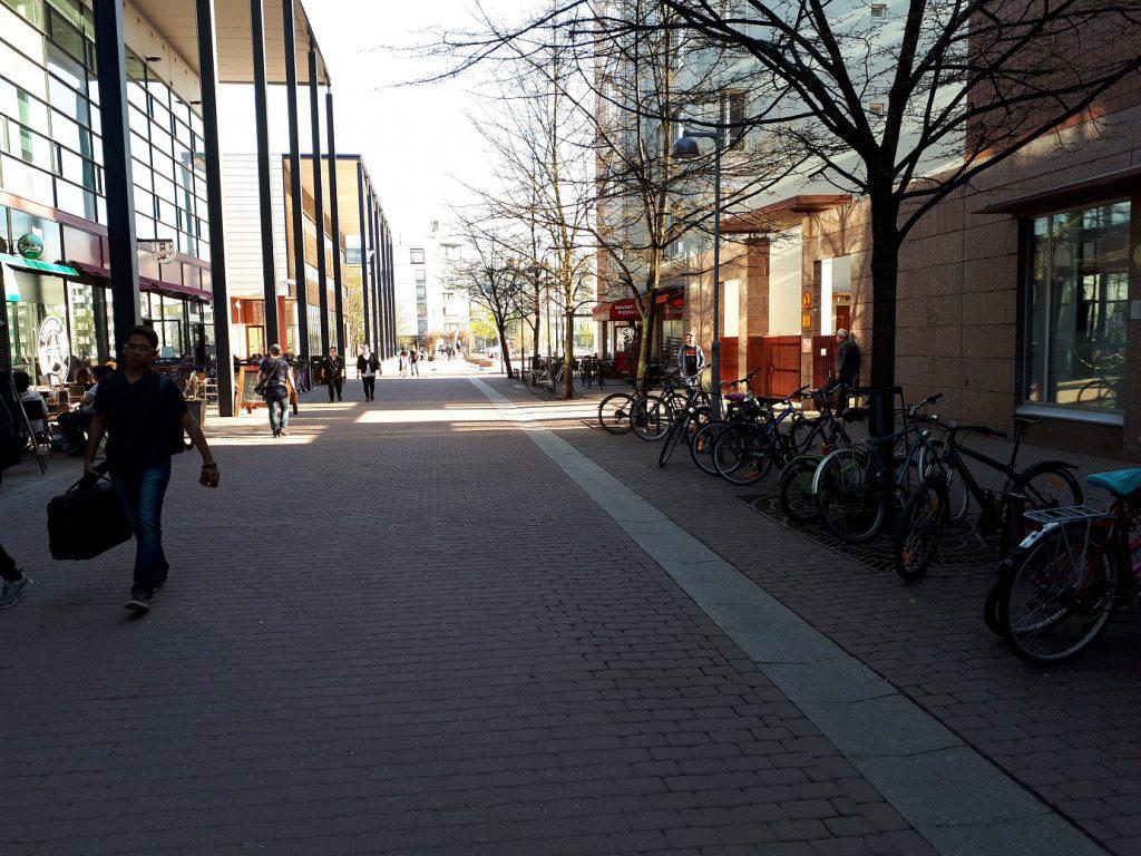 Велопарковка возле магазина в центре города. Фото: Андрей Шаванов