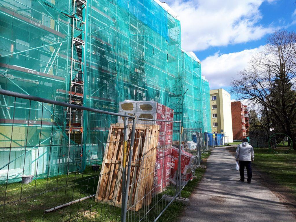Реновация жилого дома (обычной советской пятиэтажки) в самом разгаре.