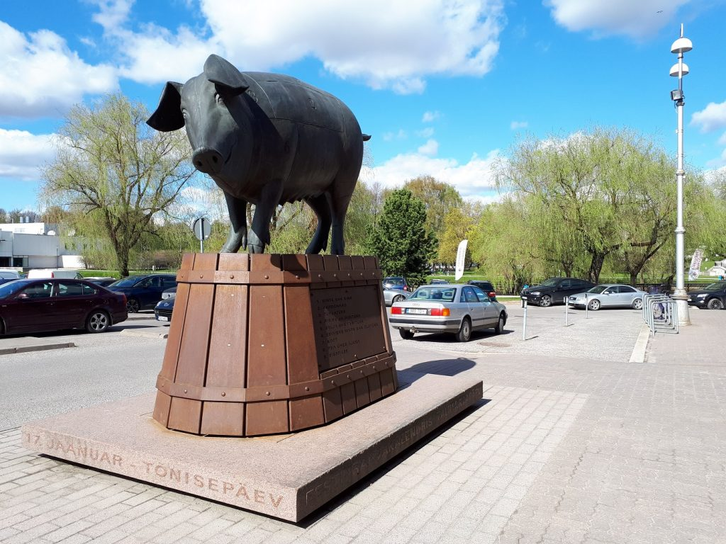 Памятник свинье возле крытого рынка. Ну почти как в Ромнах.