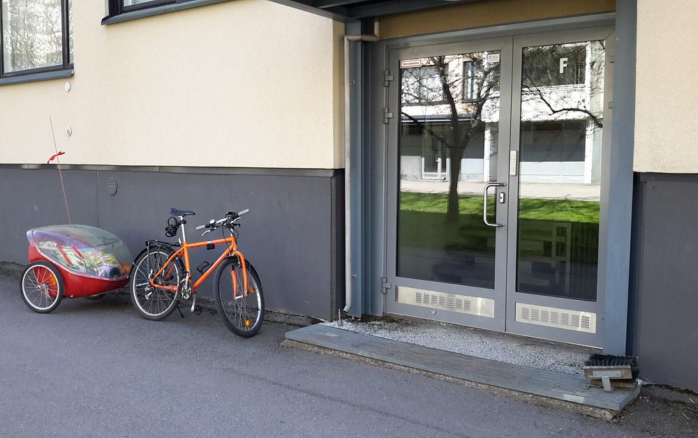 Кстати, далеко не только для поездок налегке - в таком вело-прицепе перевозят детей. Дворик из все того же района Mellunmäki.