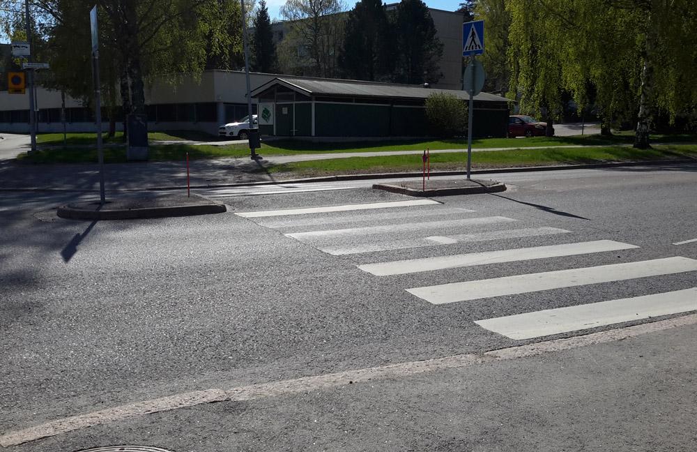 Островки безопасности, где дорогу переходят пешеходы, здесь всюду