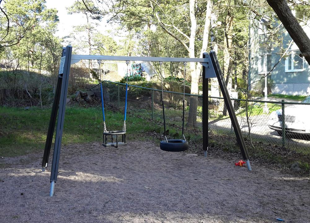 Простые качели в одном из дворов Хельсинки